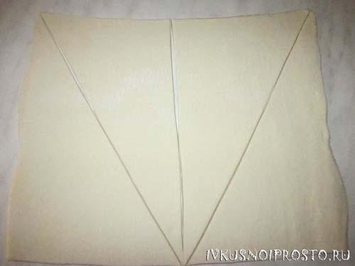 Круассаны из слоеного теста (пошаговое фото 1)
