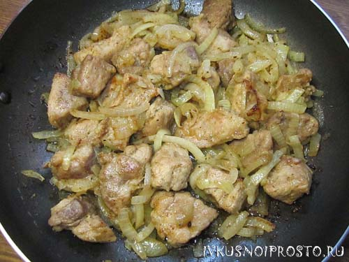 Свинина с луком на сковороде3