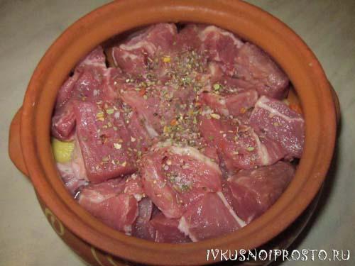 Мясо в горшочках с картошкой2